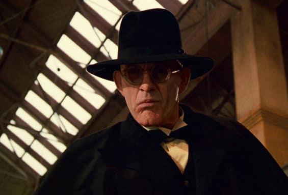 Christopher Lloyd nei panni del malefico giudice Morton